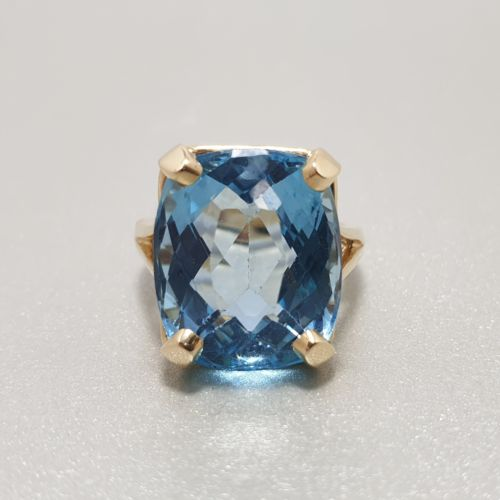 Yellow Gold ring set with 11 carat Blue Topaz